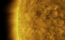 NASA удалось снять на видео редкое космическое явление — транзит Меркурия. С Земли было видно, как планета проходит по диску Солнца.