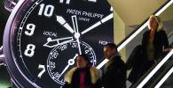 Часы, выставленные на гигантском экране у стенда швейцарского часовщика Patek Philippe. Архивное фото