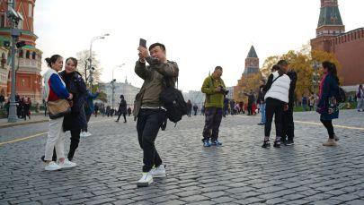 Иностранные туристы на Красной площади в Москве. Архивное фото