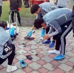 Футболисты сборной Японии после тренировки на поле чистят бутсы, чтобы соблюдать чистоту в раздевалке.