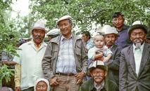 Советский и кыргызский актер кино, художник, народный артист СССР Суйменкул Чокморов с дехканами в селе Чон-Таш Чуйской области. 1980-год