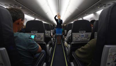 Бортпроводница  в самолете. Архивное фото