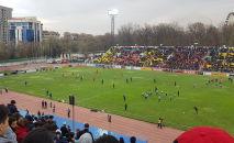 Болельщики сборной Кыргызстана на стадионе Омурзакова в Бишкеке, где начнется футбольный матч между сборными Кыргызстана и Японии в Бишкеке
