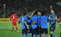 Футболисты во время матча между сборными Кыргызстана и Японии на стадионе Омурзакова в Бишкеке