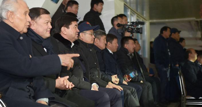 Премьер-министр Мухаммедкалый Абылгазиев, торага Жогорку Кенеша Дастан Джумабеков, депутаты и чиновники посмотрели на стадионе футбольный матч Кыргызстан — Япония