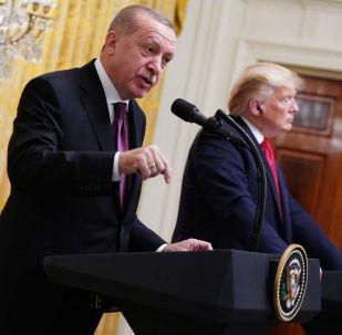 Президент США Дональд Трамп и президент Турции Реджеп Тайип Эрдоган (слева) принимают участие в совместной пресс-конференции в восточной комнате Белого дома в Вашингтоне, округ Колумбия. США, 13 ноября 2019 года