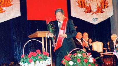 Вручение ордена Данк президенту кыргызско-индийского дипломатического фонда, почетный профессор Дипломатической академии Нургазы Кемелбаеву