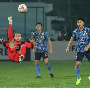 Одилзон Абдурахманов во время матча отборочного раунда чемпионата мира 2022 года между сборными Кыргызстана и Японии на стадионе Омурзакова в Бишкеке. 14 ноября 2019 года