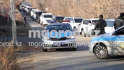 Возле одной из саун в Уральске собрались люди на десятках внедорожников, из-за чего образовался затор. Местным жителям пришлось вызвать полицию.