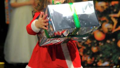 Девочка с подарком. Архивное фото