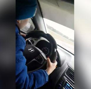 Мать не видит в своем поступке ничего плохо и утверждает, что не первый год позволяет ребенку управлять машиной.