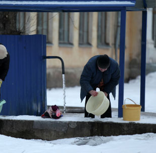 Жители города в водопровода на улице. Архивное фото