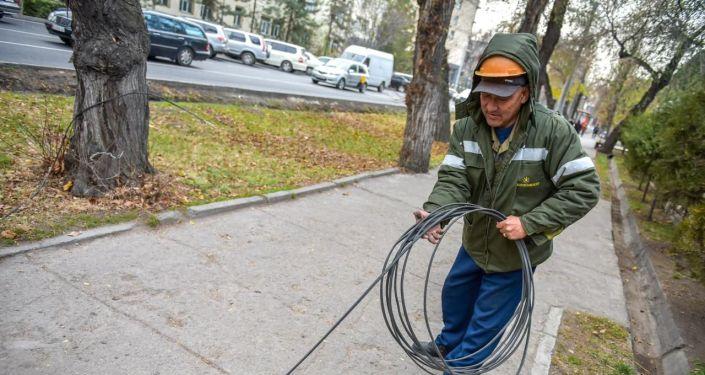 Демонтаж бесхозных воздушных линий освещения на перекрестке улиц Московской и Тыныстанова.