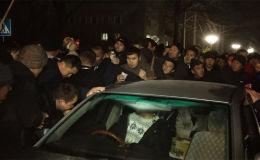 Пресс-служба ГУВД Бишкека пояснила, что милиция не имеет права задерживать перекупщиков до тех пор, пока не поступит заявление в их отношении.