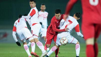 Полузащитник сборной Кыргызстана Гулжигит Алыкулов на матче Кыргызстан — Таджикистан в Бишкеке, в рамках группового этапа Чемпионата мира 2022 года
