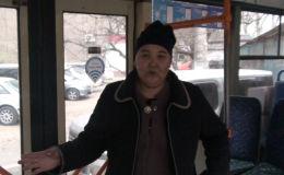 Бычак кармаган киши троллейбустун жүргүнчүлөрүнө кол салууга аракет жасаган. Окуя бүгүн, 20-ноябрда, Бишкектин чок ортосунда болгон.