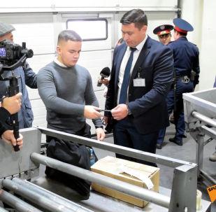 В аэропорту Алматы устроили социальный эксперимент, чтобы проверить, кто согласится перевезти чужую посылку, оформив ее, как свой багаж.
