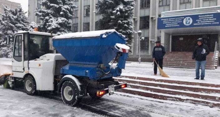 Сотрудники муниципального предприятия Тазалык во время уборки снега в Бишкеке