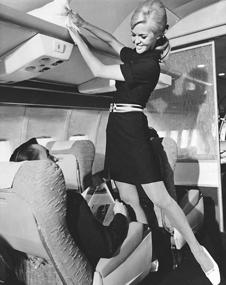 Бортпроводница American Airlines во время презентации новой униформы, 1967 год