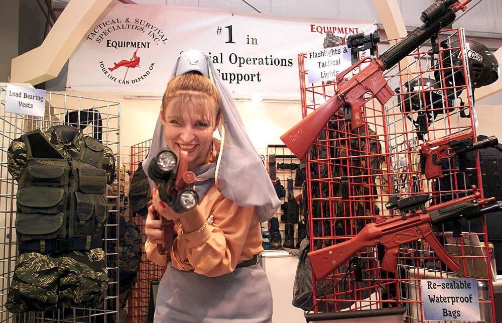 Стюардесса компании Gulf Air на международной выставке IDEX в ОАЭ, 1999 год