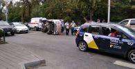 В центре Бишкека вследствие ДТП опрокинулась машина скорой медицинской помощи