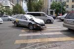 Последствия ДТП в центре Бишкека, где опрокинулась машина скорой медицинской помощи после столкновения с такси