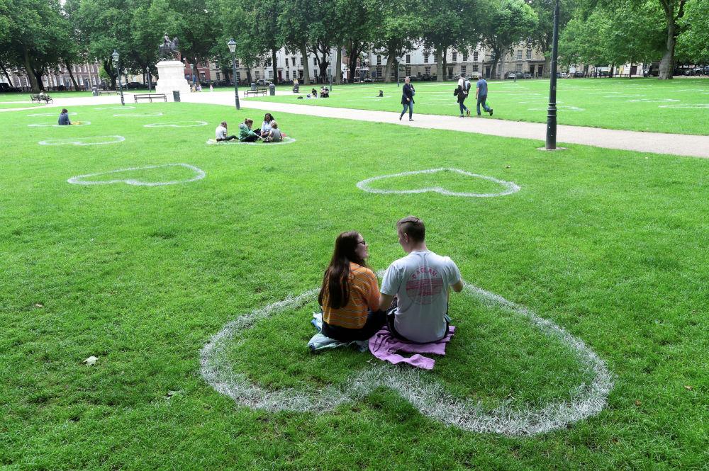 На газоне у площади Королевы в Бристоле (Великобритания) нарисовали сердца, чтобы люди могли отдыхать, соблюдая социальную дистанцию