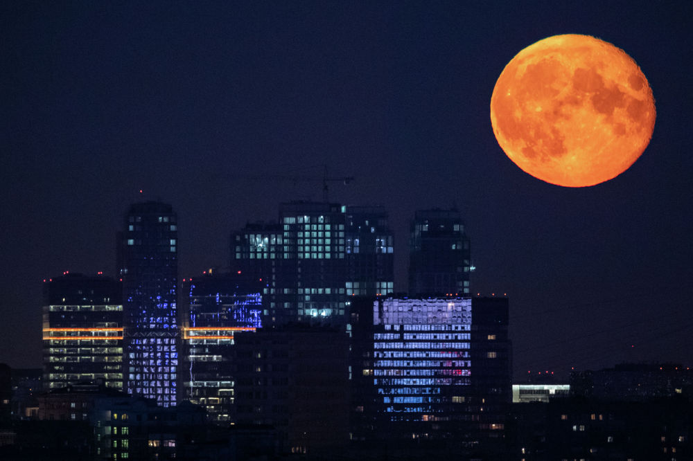 Полная Луна в небе над Москвой