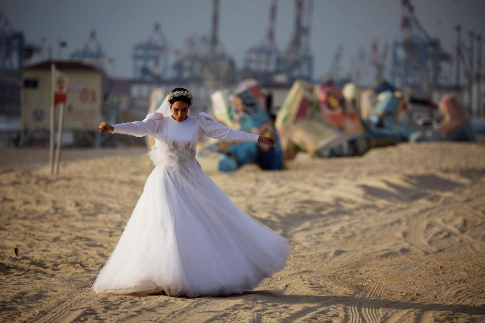 Невеста на побережье Средиземного моря в Ашдоде, Израиль