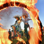 Юноша и девушка прыгают через костер на празднике Ивана Купалы в белорусском Турове