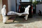 Медицинские работники выносят тело из дневного стационара, тело умершего от COVID-19. Архивное фото