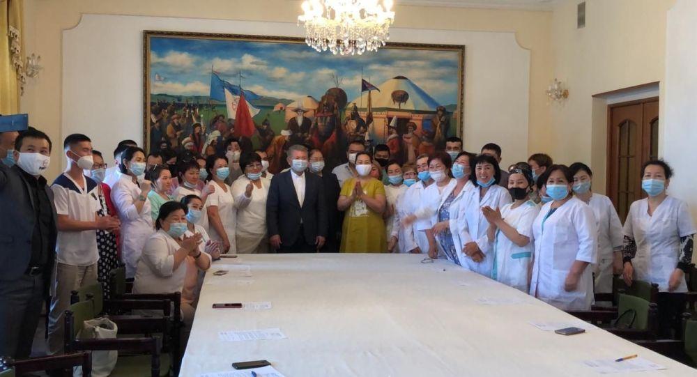 В Кыргызстан из России вылетают 45 соотечественников-медиков, которые добровольно хотят помочь стране. 10 июля посол Кыргызстана в Российской Федерации Аликбек Джекшенкулов провел с ними встречу.