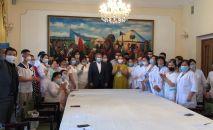 Россияда эмгектенип жүргөн 45 кыргызстандык медик мекендештерине жардам берүү үчүн Бишкекке келе жатат