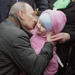 Премьер-министр РФ Владимир Путин общается с жителями поселка Невская Дубровка, 2010 год
