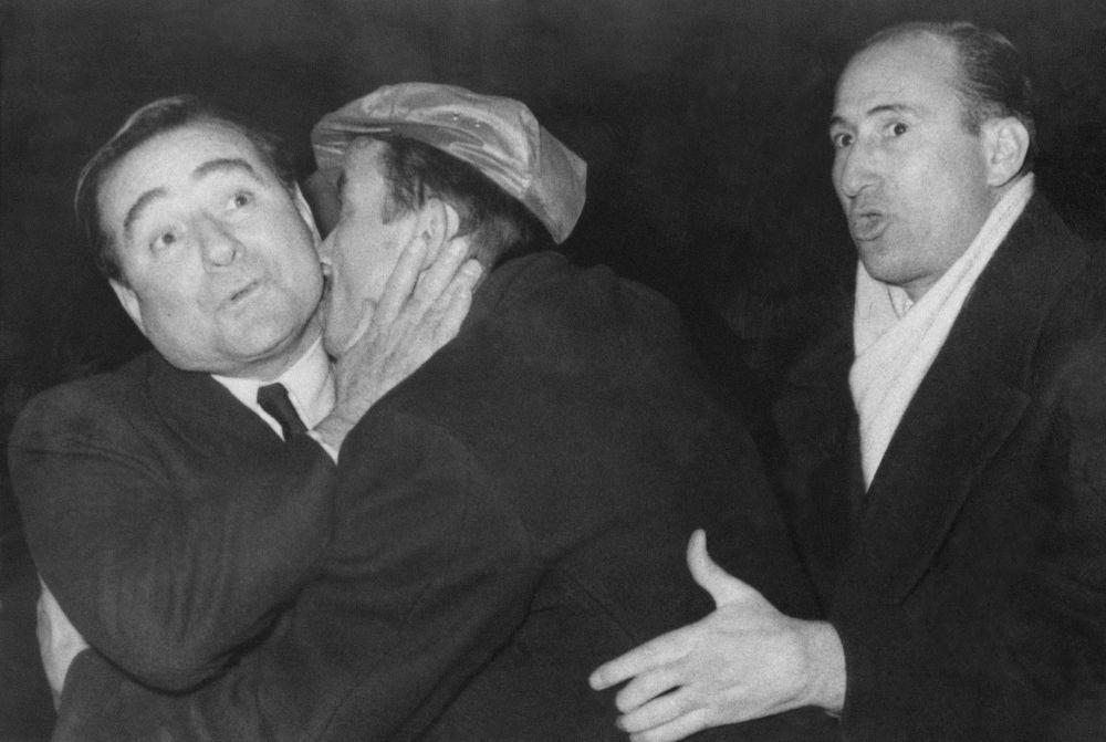 Неизвестный с премьер-министром Турции Аднаном Мендересом, 1959 год. Случай произошел в аэропорту, где политика встречала толпа сторонников.