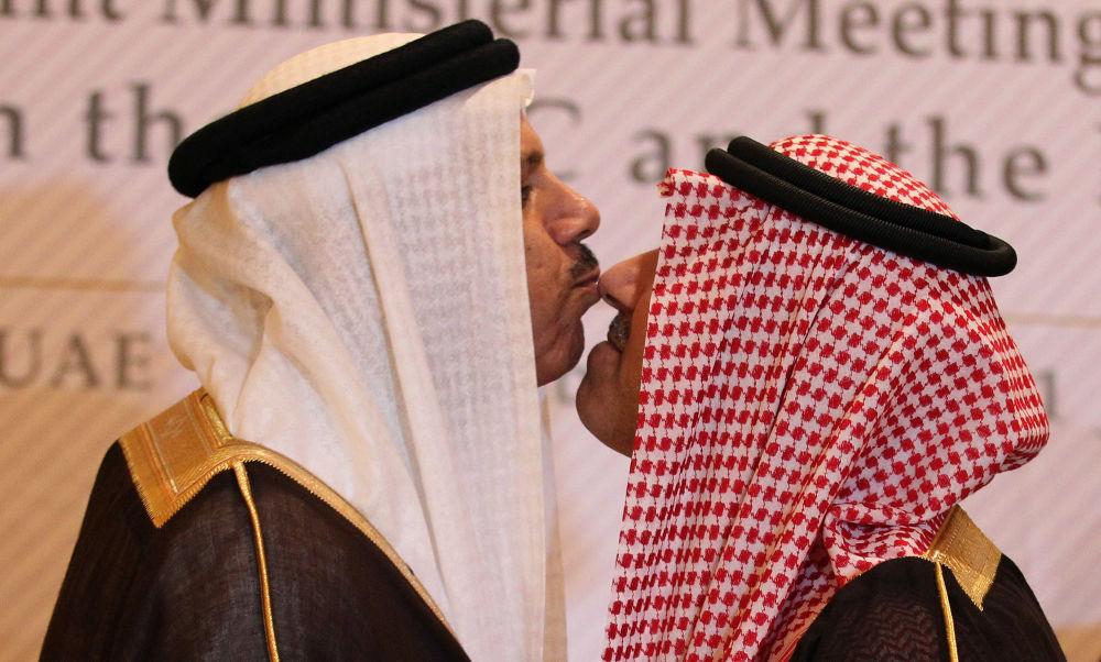 Заместитель министра иностранных дел Саудовской Аравии принц Абдул-Азиз ибн Абдаллах Аль Сауд и генеральный секретарь Совета сотрудничества стран Залива Абдул Латиф аль-Заяни обмениваются традиционным поцелуем во время встречи в Абу-Даби, 2011 год