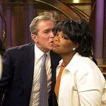 Кандидат в президенты США Джордж Буш-младший целует Опру Уинфри после выступления на ее шоу. Чикаго, 2000 год.