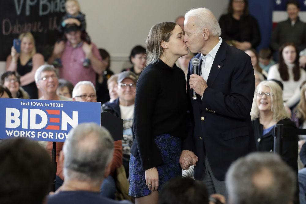 Кандидат в президенты от Демократической партии, бывший вице-президент Джо Байден целует свою внучку Финнеган Байден во время предвыборного выступления, 2020 год