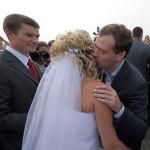 Президент РФ Дмитрий Медведев (справа) во время прогулки по набережной реки Биры поздравил одну из пар молодоженов со вступлением в брак. Биробиджан, 2010 год