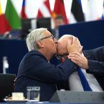 Председатель Еврокомиссии Жан-Клод Юнкер целует вице-председателя Еврокомиссии Франса Тиммерманса перед выступлением в Европарламенте о состоянии Союза, 2017 год