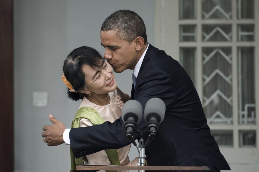 Президент США Барак Обама и мьянманский политик Аун Сан Су Чжи после короткой пресс-конференции, 2012 год