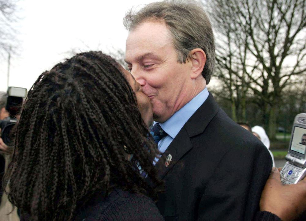 Премьер-министр Великобритании Тони Блэр во время поцелуя с  актрисой Джин Петерсон, 2005 год