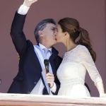 Президент Аргентины Маурисио Макри после выступления целует свою жену на балконе, 2015 год