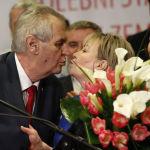 Политик Милош Земан целует жену после президентских выборов в Праге, 2018 год