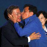 Кандидат в президенты Мун Чжэ Ин целует однопартийца перед просмотром трансляции результатов выборов.  Сеул, 2017 год.