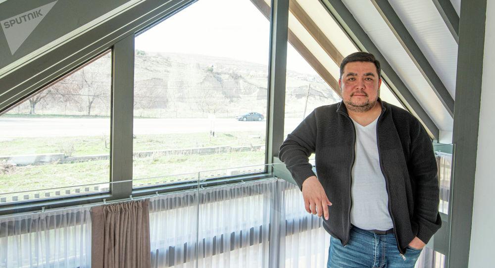 Предприниматель и строитель Эрмек Султангазиев у своего стеклянного офиса