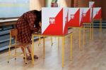 Женщина заполняет свой бюллетень на избирательном участке во время второго тура президентских выборов, в Варшаве. Польша, 12 июля 2020 года