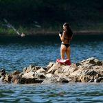 Девушка отдыхает в районе залива Шумиха на берегу Красноярского моря. Россия