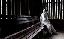 Медицинский работник в защитном костюме от распространения нового коронавируса COVID-19 отдыхает в медицинском центре в районе с низким уровнем дохода в Сан-Хосе 10 июля 2020 года.