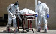 Медики перевозят тело скончавшегося человека. Архивное фото